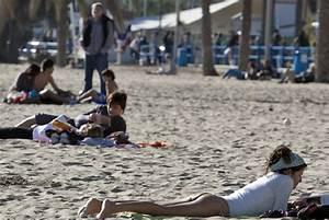 Gente Tomando El Sol En La Playa Del Postiguet  En Alicante