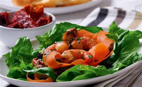 Spinātu salāti ar burkāniem un garnelēm — Santa
