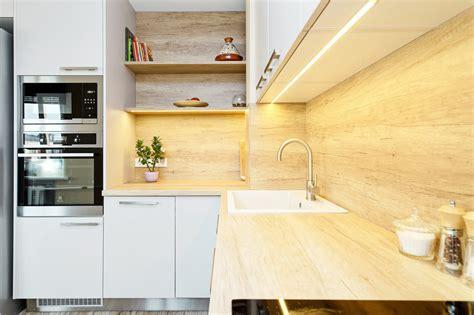 Gaiša virtuve ar ozolkoka virsmu un sienas paneļiem ...
