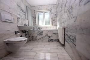 Marmor Im Bad : marmorfliesen im bad strahlen eleganz aus ~ Frokenaadalensverden.com Haus und Dekorationen