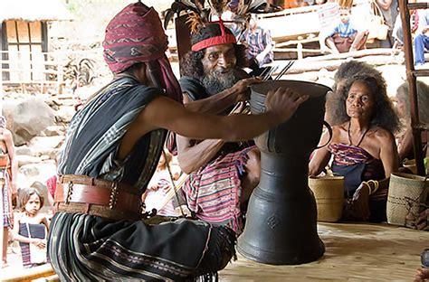 Talempong merupakan alat musik tradisional berasal dari daerah sumatera barat yang terbuat dari logam dan tembaga cara menggunakan nya gendang panjang dua sisi juga termasuk dalam kategori alat musik tradisional perkusi. Moko, Alat Musik Tradisional Dari Pulau Alor Nusa Tenggara Timur (NTT) - Kamera Budaya