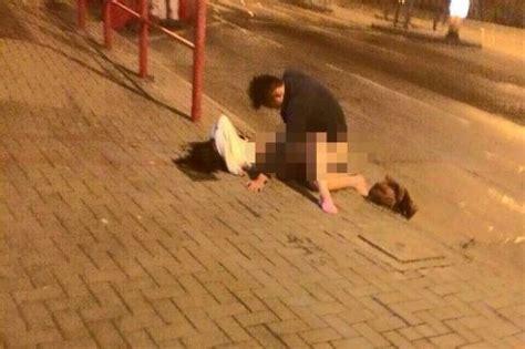 중국 대학생 만취 상태로 버스정류장서 성관계