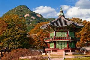 Autumn leaves at Gyeongbok Palace, Seoul, South Korea ...
