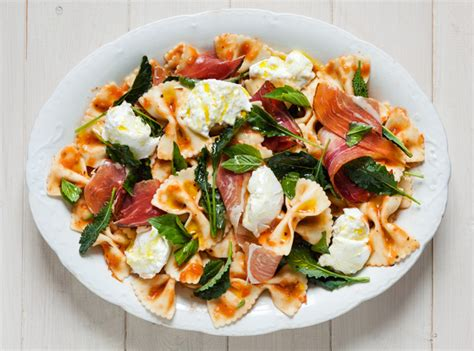 salade de pates recette recette salade de p 226 tes aux tomates grill 233 es avec prosciutto mozzarella et chou fris 233