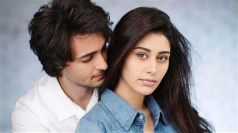 Loveratri | Aayush Sharma and Warina Hussain take Garba ...