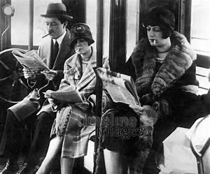 20er Jahre Kleidung Frauen : rauchende frauen in der ffentlickeit in einem raucherabteil der stra enbahn in den usa in den ~ Frokenaadalensverden.com Haus und Dekorationen