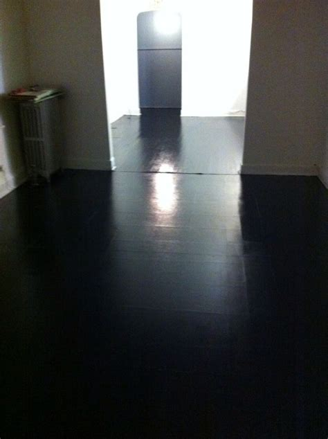 Painted wood and vinyl floor black high gloss   TV Studio