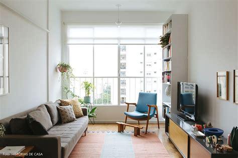 sala sofa cinza e poltrona azul apartamento antigo de cara nova sala de estar living