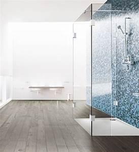 Duschtrennwand Badewanne Glas : duschtrennwand aus glas in drei teilen vor blauen ~ Michelbontemps.com Haus und Dekorationen