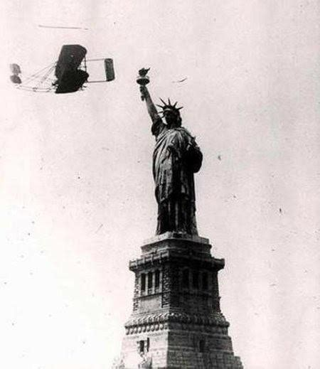 Wilbur Wright flying around the Statue of Liberty ...