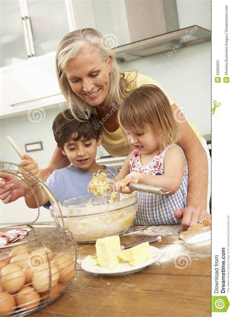faire de la cuisine petits enfants aidant la grand mère à faire des gâteaux