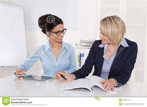travail au bureau deux femmes d 39 affaires travaillant ensemble au bureau au