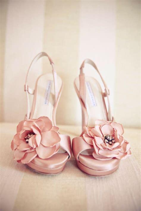 chaussures de mariage assez rose avec des fleurs