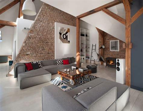 canape kartell salon moderne avec murs en briques