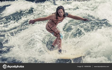 Surfing At Englischer Garten by Englischer Garten에서 뮌헨에서 서핑은 가능 하지만 위험 구체적인 단계에 큰 인공 파도