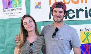Leighton Meester e Adam Brody brincam de Gossip Girl e The ...