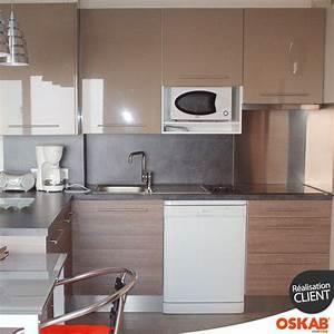 Petite cuisine ouverte avec bar bicolore meuble bas bois for Petite cuisine équipée avec meuble chaise