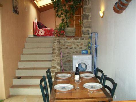 la cuisine est un cuisine avec escalier monté salon photo de gite 4 pers