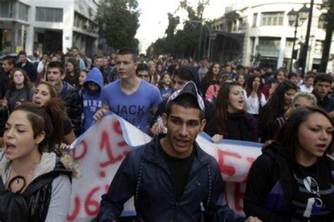 Estudiantes protestan contra abusos policiales en Grecia