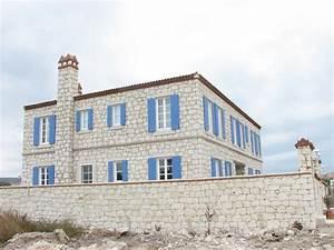 Haus Mit Fensterläden : alacati steinhaus mit blauen fensterl den stockbild bild von truthahn blendenverschl sse ~ Eleganceandgraceweddings.com Haus und Dekorationen