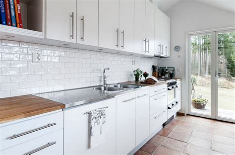 carrelage blanc cuisine carrelage métro blanc dans la cuisine et la salle de bains