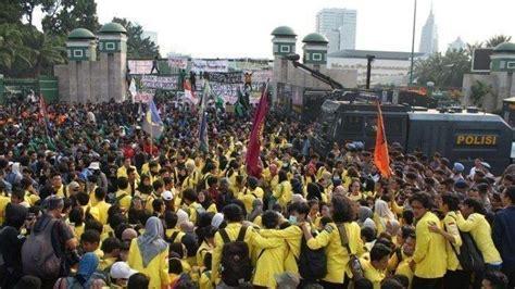 demonstran turun  jalan  gerakan mahasiswa  terdepan tribun manado
