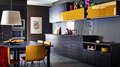 cuisine moutarde le noir s installe dans la cuisine