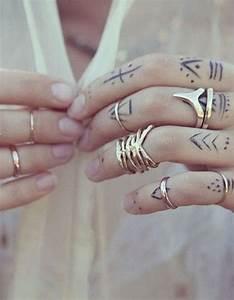 Tatouage Sur Doigt : tatouage doigt bague des tatouages jusqu au bout des doigts elle ~ Melissatoandfro.com Idées de Décoration