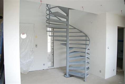 peindre un escalier en gris les finitions ehi escalier h 233 lico 239 dal industriel