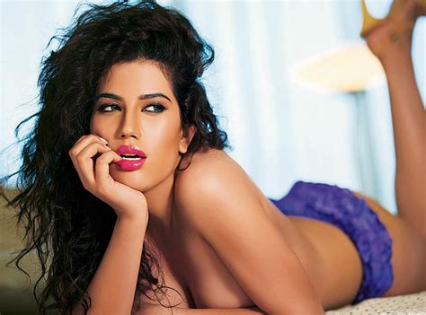 Saudi sizzler Wardah Khan to make her debut in Bollywood ...