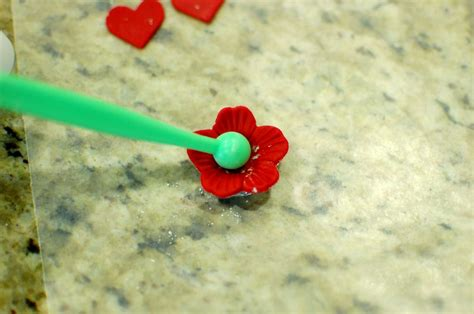 How To Make Fondant Roses, Flowers, And Royal Icing (to Decorate Cakes, Cupcakes, And Cookies
