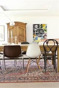 Chaise Moderne Avec Table Ancienne : des chaises d pareill es dans la salle manger une hirondelle dans les tiroirs ~ Teatrodelosmanantiales.com Idées de Décoration