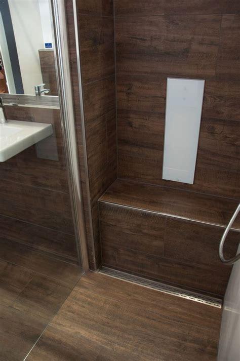 dusche mit sitzbank dusche sitzbank aus fliesen in holzoptik bodenebene dusche mit rinne in edelstahl i
