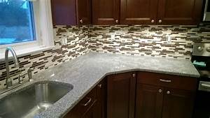 Five benefits of adding a kitchen backsplash to your kitchen for Advantages of using glass tile backsplash