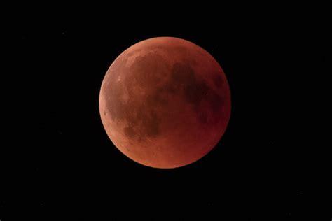 Efekt wizualny jest taki sam jak przy zaćmieniu całkowitym. Zaćmienie Księżyca. Superksiężyc 2019. Zdjęcia - Wiadomości