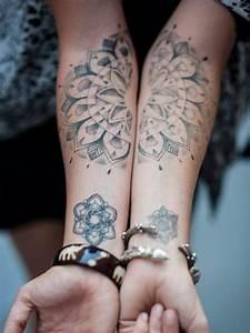Tattoos Schulter Oberarm Frau : 1000 bilder zu tattoos auf pinterest cara delevingne lichtschwert und lady gaga ~ Frokenaadalensverden.com Haus und Dekorationen