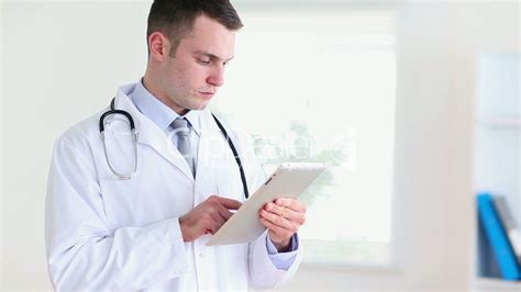 Doctor Tablett doctor using a tablet tactile royalty free and