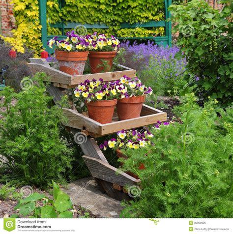 foto vasi di fiori vasi da fiori riempiti pans 233 su un banco di mostra