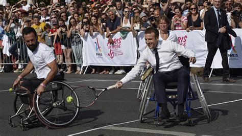 jeux de fauteuil roulant emmanuel macron joue au tennis en fauteuil roulant pour soutenir la candidature de