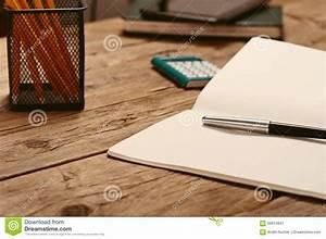 Sur Le Bureau Ouvrez Le Bloc Notes Avec Le Stylo Et La