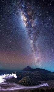 Steve Lance Lee U0026 39 S Stunning Photos Capture The Milky Way Arching Over Volcanoes