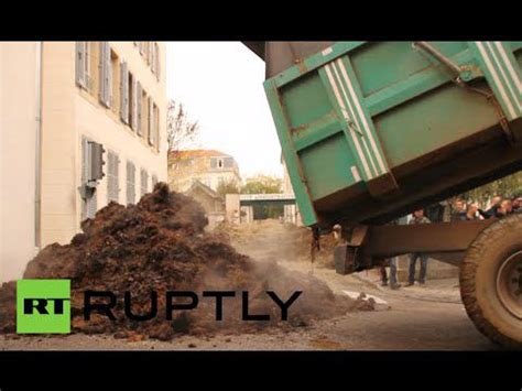 French farmers dump sh*t near administrative offices ...