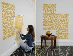 tapeten lila farbe wandgestaltung wände streichen 24 kreative ideen mit wandschablonen inkl anleitung