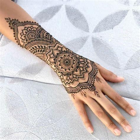 Henna Tattoo In Schwarzer Farbe, Arm Und Handgelenktattoo