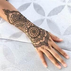 Tattoos Für Frauen Arm : henna tattoo in schwarzer farbe arm und handgelenktattoo mit floralen motiven t towierte frau ~ Frokenaadalensverden.com Haus und Dekorationen