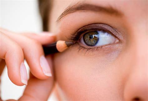 Crayon yeux comment apprendre à bien poser son crayon pour les yeux ?