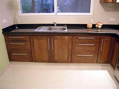 amoblamiento de cocina en madera de cedro macizo combinado