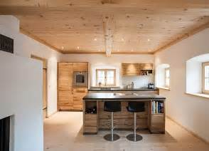 küche mit theke eine offene küche im altholzstil die kücheninsel mit angehängter theke dominiert im