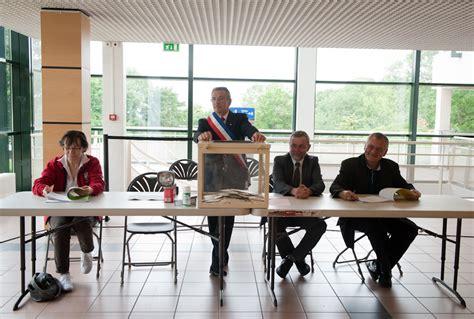 bureau de vote la solitude du président de bureau de vote sucy en