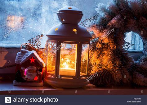 Weihnachtsdeko Fenster Stock by Weihnachten Fenster Laterne Mit Dekoration Auf Gefrorenen
